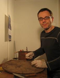 Frank Seeger bei der Verleimung einer Jugendstil-Tischplatte